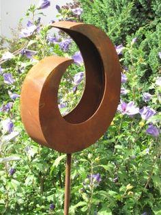 Pflanzschale aus Rost, klein am Stab  Die rostige Pflanzschale ist der Hingucker in Ihrem Garten oder auf dem Balkon. Die Schale kann bepflanzt werden oder als schönes Dekoobjekt einfach repräsentativ aufgestellt werden.  Die Schale wird auf den 160 cm langen Stab aufgeschraubt und kann schön bepflanzt werden  Größe:  Höhe: 35 cm + 160 cm Stab Breite: 30,5 cm Tiefe: 7 cm  Preis: 34,- €