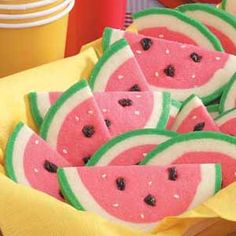 Watermelon Slice Cookies, make with sugar cookie dough, sesame seeds, and mini chocolate chips! Watermelon Cookies, Watermelon Slices, Watermelon Art, Watermelon Carving, Cupcakes, Cupcake Cookies, Macarons, Lila Party, Biscuits
