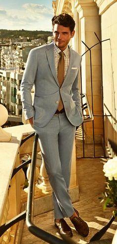 Jislain Duval voor Cacharel in lichtblauw pak, een andere kleur das, met sokken en andere schoenen mooi zakelijke voor de lichte zomer (Z1).