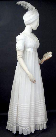 Traje estilo Regencia, con abanico, guantes largos y turbante, 1799. Escocia.