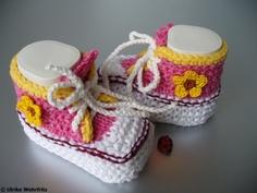 *Es werden ja sehr viele Babyschuhe in Turnschuhoptik angeboten, entweder gehäkelt oder gestrickt. Das besondere an meinen Schühchen ist, dass sie ein