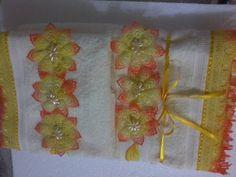 Toalhas de excelente qualidade bordada em grippir. Folhagens pintadas á mão. O jogo contém: 1 toalha de banho 1 toalha de rosto -folhagens pintadas á mão -acabamento em grippir -várias cores R$ 89,00