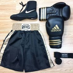 Cleto reyes boxing shorts satin black/gold Technical Features:-Manufactured with light and smooth polyester satin fabric.-Roomy fit for comfort.-Famous Reyes front and back embroidered Kick Boxing Girl, Boxing Boxing, Boxing Wraps, Boxing Supplies, Short Boxe, Fitness Noir, Boxing Trunks, Der Boxer, Kickboxing Workout