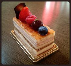 ドゥース・エモシオン  ¥432(400)  やさしい軽い食感の生地と、トリプルベリーのムース、シャンティショコラで、層にしました。柔らかな感動が、広がります!