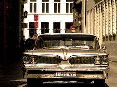 Adorável Pontiac encontrado em uma rua de Bruges, Bélgica.  Fotografia: Silvia Ana Cabieses no Flickr.