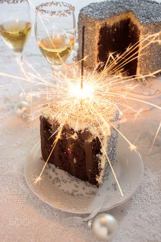 Vertical Layer Bourbon and Caramel Cake Happy Birthday Cakes, Girl Birthday, All The Best Wishes, Auld Lang Syne, New Year's Eve Celebrations, New Years Eve Party, Cupcake Cookies, Cupcakes, Ideas Para Fiestas