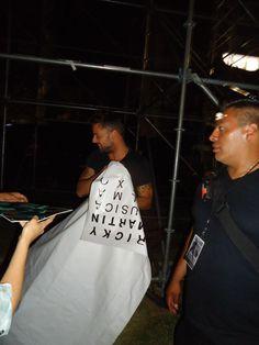 Momento justo cuando Ricky desprende la lona oficial de la gira MAS para obsequiármela en Veracruz, 26-0ct-2011