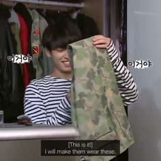 I am pinning this just for the reason that kookie looks so excited and happy his sweater paws are to die for. Jungkook Oppa, Bts Bangtan Boy, Taehyung, Taekook, K Pop, Bts Memes, Banda Kpop, Oppa Ya, Kpop Gifs
