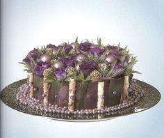 Kerststuk paars taart op schaal, voorbeeld kerststuk