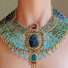 bello collar de estilo egipcio