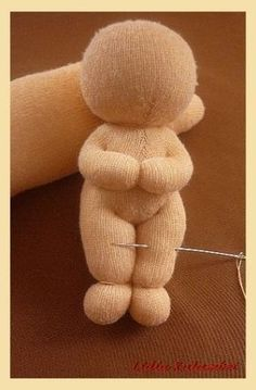 Make adorable baby butts! doll tutorial~ translation is humorous, but pictures s… Make adorable baby butts! doll tutorial~ translation is humorous, but pictures show it all Sock Crafts, Fabric Crafts, Sewing Crafts, Sewing Projects, Sewing Diy, Sewing Ideas, Diy Crafts, Sock Dolls, Baby Dolls