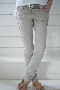 love these skinny slouchy jeans with sparkle belt and white tee