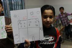 """La guerra de Siria según los niños. Ahmad, 11 años Ahmad ha dibujado su casa antes y después de la guerra. En la mitad de antes del conflicto ha escrito """"Aquí es donde quiero estar"""", y en la mitad bélica, """"no quiero este sitio""""."""