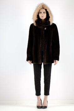 Veste de castor rasé coloré en brun avec capuchon  3 500$ Fur Coats, Fur Jacket, Parka, Hoods, Jackets For Women, Collection, Fashion, Coats, Brown