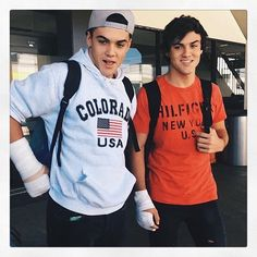 I think it's funny that they broke their arms at the same time. Ethan And Grayson Dolan, Ethan Dolan, Grayson Dolan Imagines, Caleb Logan, Typical White Girl, Martinez Twins, Twin Photos, Twin Brothers, Celebs