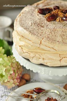 TORT BEZOWY DACQUOISE Z DAKTYLAMI I ORZECHAMI