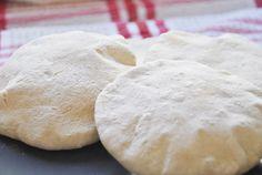 El pan de pita de origen arabe es muy fácil de preparar, solo necesitas hornear por menos de 10 minutos.Te recomendamos ver nuestras sugerencias de rellenos