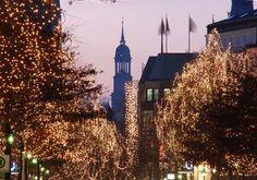 Hamburg - beleuchtete Baume zur Weihnachtszeit in der Mönckebergstrasse.