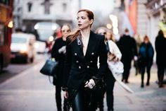 -blazer Balmain para Farfetch -calça Nasty Gal -saia/cinto de franjas Pixie Market -luva de prata Mariah Rovery -bolsa Alexander Wang