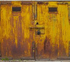 As garagens de Agne Gintalaite. Algumas das portas mostram o cuidado do seu dono, enquanto que outras mostram o 'desleixo' fruto do passar dos anos.