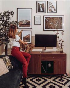 Gyönyörű bársony kanapéink retro hangulatot idézik, mégis szuper trendik és kényelmesek. Csekkold őket! #beliani #belianimagyarorszag #belianimagyarország #kanapé #bársony #barsony #barsonykanape #bársonykanapé #kanape Manhattan, Gallery Wall, Retro, Frame, Home Decor, Picture Frame, Decoration Home, Room Decor, Retro Illustration
