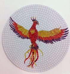 Fênix em mosaico, feita sobre uma base de mdf, que tanto pode ser usada como um quadro ou um tampo de mesa. Trabalhada em pastilhas de vidro e pastilhas cristal. A cor do rejunte e do fundo podem ser alterados.  De origem Etíope, a Fênix é retratada por uma ave sagrada que se ergue das chamas vis... Mosaic Animals, Mosaic Birds, Blue Mosaic, Mosaic Art, Phoenix, Diy And Crafts, Arts And Crafts, Mosaic Crafts, Mosaic Designs