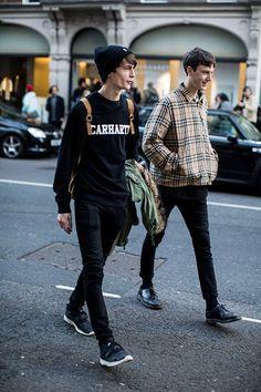 2015-11-09のファッションスナップ。着用アイテム・キーワードはカットソー・トレーナー, スニーカー, ドレスシューズ, ニットキャップ, ブルゾン, 黒パンツ, ~20代,etc. 理想の着こなし・コーディネートがきっとここに。| No:116764