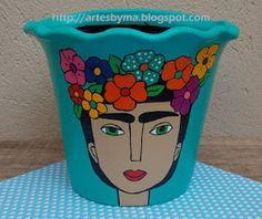 vaso de cerâmica decorado da Frida Kahlo, muitas cores e flores