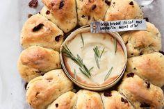 Voor dit bijgerecht met hart van gesmolten kaas smelt je toch? Breken, dippen en genieten maar - Recept - Breekbroodrozet met fondue vacherin mont d'or - Allerhande