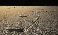 El misterio de las rocas viajeras del Valle de la Muerte.