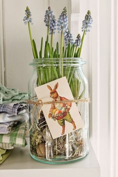 Easter flowers and vintage bunny art design with mason jars for DIY spring decorations. Hoppy Easter, Easter Eggs, Oster Dekor, Vibeke Design, Easter Flowers, Easter Flower Arrangements, Diy Ostern, Easter Parade, Deco Floral