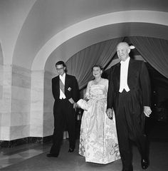 King Baudouin of Belgium, and his hosts, President Dwight Eisenhower and his wife, Mamie, walk toward the White House dining room on May 1959 First Lady Of America, Dwight Eisenhower, Long Pictures, Presidents, United States, History, Nifty, Belgium, Dining Room