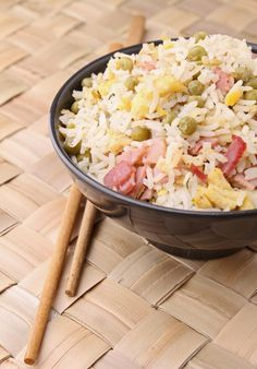 Easy Indian Fried Rice Ingredients: 1 tablespoon soy sauce and 1 tablespoon peanut oil 1 cup frozen peas 100 gr trimmed beanspr. Leftovers Recipes, Meat Recipes, Indian Food Recipes, Asian Recipes, Healthy Recipes, Ethnic Recipes, Meat Meals, Noodle Recipes, Rice Recipes