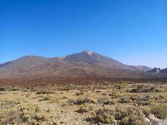 Teide kansallispuisto ja Teide tulivuori ovat komea näky Teneriffan auringonpaahteessa. Lue blogista parhaat tärpit Teiden kansallispuistoon! // www.kookospalmunalla.fi // The Teide National Park and the Teide Volcano are a magnificent sight in the burning heat of Tenerife. Read more from my blog! // www.kookospalmunalla.fi // #teide #tenerife #teneriffa #kookospalmunallablog #travel #matkablogi Tenerife, Canary Islands, Volcano, Mount Rainier, Safari, National Parks, About Me Blog, Mountains, Nature