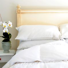 """Downlinens Basic Down Comforter works for all your seasonal needs, gives you a versatile range of coverage and is your go to choice if you don't want to fuss with switching blankets throughout the year. The blend of materials, coupled with our innovative design technologies, offers you a comforter that is designed to keep you warm in the winter and comfortable in the summer. This is the """"go to"""" choice for those who are looking for one product that serves multiple functions."""
