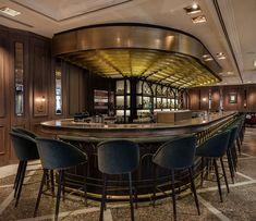 Тёмный дизайн барной стойки в интерьере бара-ресторана