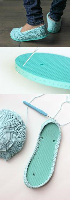ideas crochet christmas slippers kids for 2019 Crochet Shoes Pattern, Shoe Pattern, Crochet Patterns, Crochet Slipper Boots, Knitted Slippers, Crochet For Kids, Diy Crochet, Kids Slippers, Crochet Buttons