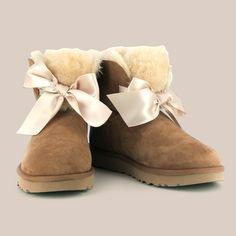 Botines UGG ®  para mujer. ✨  Hecha con suave piel de oveja y con el detalle de un lazo en la parte delantera del botín. 🎀  #Primichi #Botines #UGG Uggs, Ugg Boots, Shoes, Fashion, Fall Season, Sheep, Hair Bows, Fall Winter, Fur