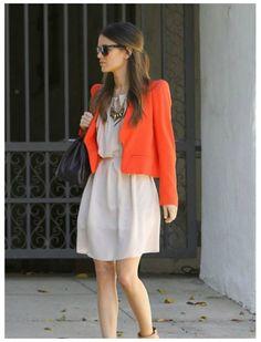 Оранжевый кардиган, бежевое платье, черные туфли