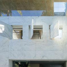 El edificio Groenlândia, en São Paulo: Un cubo de mármol con piercings http://www.stone-ideas.com/2015/01/29/un-cubo-de-marmol-con-piercings/