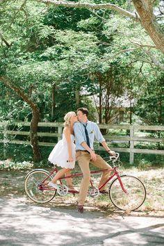 自転車と撮るウェディングフォト♡HAPPYなふたりを乗せて走り出します♡にて紹介している画像