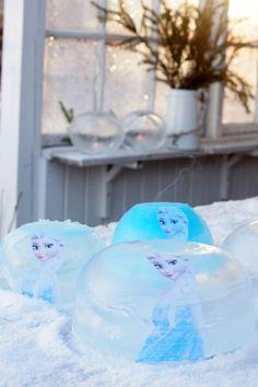 Pakkasta on vihdoin niin paljon, että voi tehdä helposti jäälyhtyjä. Aikaisempina vuosiana on tehty perinteisiä jäälyhtyjä ämpäreihin ja laitettu sisälle kukkia. Tyttären toiveesta tehtiin tänä vuonna Frozen -jäälyhtyjä. Päätettiin kokeilla, miten tulostettu kuva pysyy ja toimii jäälyhdyn sisällä ja hyvinhän siinä kävi. Varmasti useammassa muussakin perheessä asuu pieniä Frozen -faneja, joten tässäpä idea eteenpäin. Mukava ideamyös vaikkapa Frozen -synttäreille.
