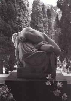 Escultura no Cemitério Monumental de Staglieno.