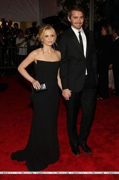 lee-pace and sarah-michelle-gellar holding hands (possession)