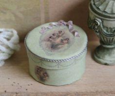 jwmkh230-1-artofmini.com-poppenhuis-doll-dolls-house-maison-de-poupee-loisel-hat-box-hoeden-doos-kit-puppenhaus-bastelset