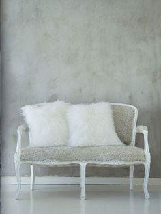 mur gris betonné avec coussin cosy