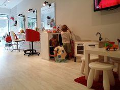 En la peluquería infantil Petit Cocó los niños se cortaran el pelo contentos y... ¡no se querrán ir! Salon Interior Design, Salon Design, Kids Barber Shop, Kids Hair Salon, Beauty Salon Logo, Kids Cuts, Cosmetology, Home Decor, Barber