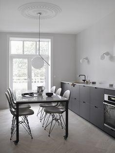 Elisabeth Heier's kitchen with dark bamboo fronts. One Wall Kitchen, Diy Kitchen Decor, Kitchen Interior, Home Decor, Scandinavian Kitchen, Scandinavian Interior, Home Office Furniture, Kitchen Furniture, Muebles Art Deco