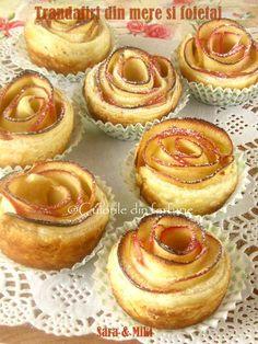 Trandafiri din mere in foietaj este cea mai usoara si rapida placinta cu mere. Doua ingrediente si intr-o ora aveti un desert bun. Romanian Food, Pie Dessert, Finger Foods, Doughnut, Cookie Recipes, Cheesecake, Deserts, Muffin, Good Food