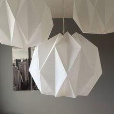 DIY lampe origami - origami lamp - www. Origami Diy, Design Origami, Origami Lampshade, Lampshade Redo, Origami And Quilling, Origami Stars, Led Diy, Origami Artist, Christmas Origami
